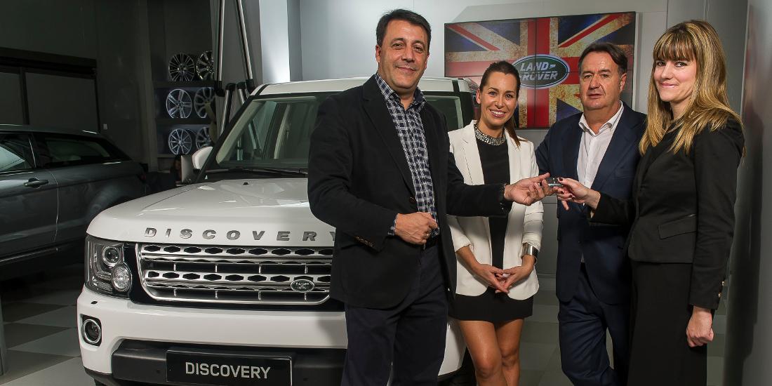 Luis Antonio Ruiz presidente de Jaguar Land Rover Iberia entrega Land Rover Discovery a Mar Baena de Fundación Amigó